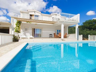 House wih pool, for active holiday, Kastela