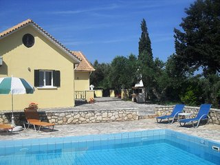 Charming villa with private pool, Tragaki