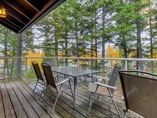 Lakeview home w/great amenities: shared pool/hot tub, access to private beach, Whitefish
