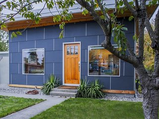 3BR, 2BA Modern House in Quiet Neighborhood near Lincoln Park