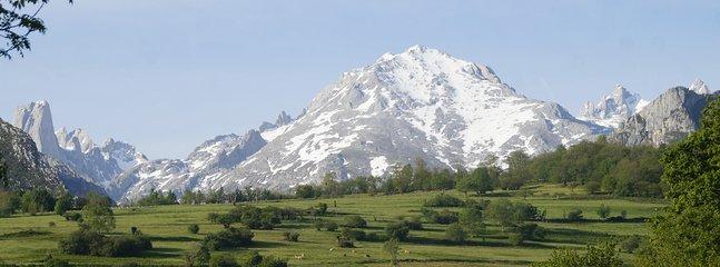 Los Picos de Europa desde el pueblo de Poo de Cabrales