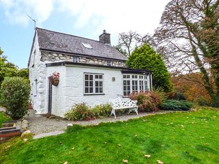 BOTHY COTTAGE, pet-friendly, character holiday cottage, with a garden in Talhenb