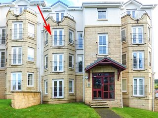 TWEED APARTMENT, second floor apartment, king-size bed, parking, in Tweedbank