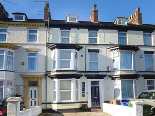 FLAT 1, modern ground floor apartment, WiFi, parking, Bridlington, Ref: 942056