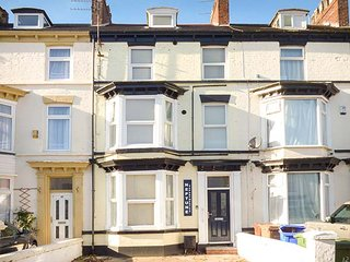 FLAT 2, contemporary apartment, WiFi, parking, Bridlington, Ref: 942061