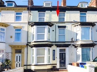 FLAT 3, contemporary apartment, WiFi, parking, Bridlington, Ref: 942062