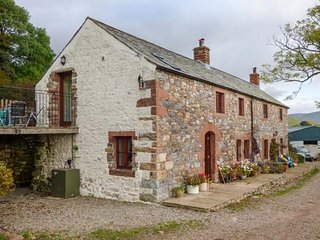 RUM BUSH COTTAGE, stone cottage, hot tub, pet-friendly, Dufton