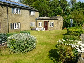 THE COTTAGE, set in acres of woodland, lake with rowing boat, tennis courts, Luddenden, Ref 946067