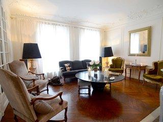 Spacious Le Bon Marché apartment in 07ème - Tour Eiffel with WiFi & lift.