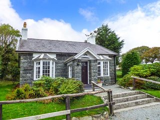 HUNTING LODGE, pet-friendly, character holiday cottage, with a garden in Talhenbont Hall Country Estate, Ref 381, Chwilog