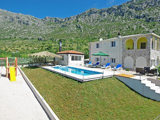 Privacy Oasis in Dalmatian hinterland w/ pool, Podgora