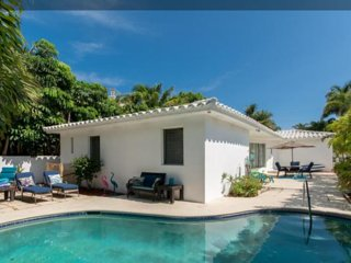 CASA CARMELA, a chic SALTY BUNGALOW: across from beach, clean, green, pet friend, Lauderdale by the Sea