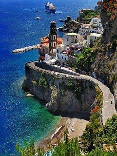 Veduta delle tipiche stradine della Costiera Amalfitana