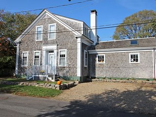 WONDERFUL 1900 SEA CAPTAINS HOUSE JUST A SHORT WALK TO EDGARTOWN, Edgartown