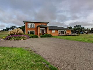 Lovely home with ocean view & private hot tub - minutes from town!, Mendocino