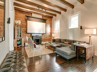 Historic & Famous 2BR, 2.5BA Duplex in Nashville – Lush Gardens & Character