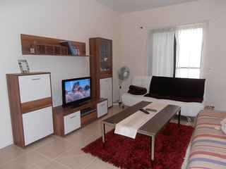 Flat in a quiet area. Busstop at 3 min away. 5 min drive from Mgarr Harbour., Qala