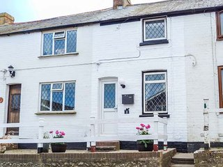 GUSTON HOUSE HOLIDAY COTTAGE, cosy romantic cottage, small garden with patio, in Guston near Dover, Ref 936528