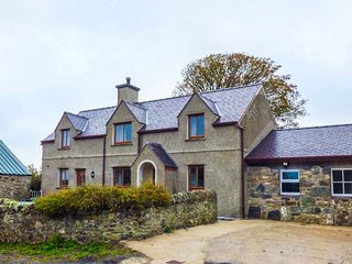 CAER MOEL, superb farmhouse, en-suite, WiFi, Smart TV, walks from the door