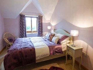 CAER MOEL, superb farmhouse, en-suite, WiFi, Smart TV, walks from the door