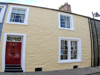 THE TOWNHOUSE, family-friendly, character holiday cottage, with a garden in Kirkcudbright, Ref 949011