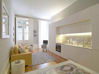 Bright Tiles apartment in Sé with WiFi, balkon & lift., Porto