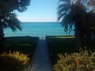 Luxury apartments with magnificent sea views, 20 steps from the beach., Mola Kalyva