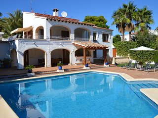 Large Air conditioned villa with designer pool