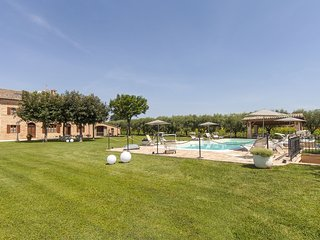 Villa Pedossa, L'Olivo, Deluxe apt. in typical country Villa with pool&Jacuzzi, Senigallia