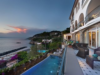 Luxury Villa dei Sogni, parking, pool, wi-fi, sea view private terrace