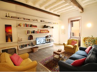 Lavish 2BR Art Apartment by the Trevi Fountain, Roma