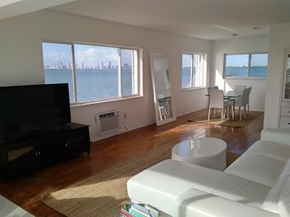 SPACIOUS WATERFRONT APARTMENT, North Bay Village