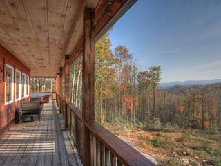 Peaceful and Private 3BR Mountain Lodge with Mountain Views, Hot Tub, Fire Pit, Sugar Grove