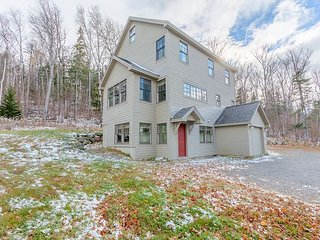 4BR, 2.5BA Sugarloaf Mountain Trailside House w/Wood Fireplace, Open Living, Carrabassett Valley