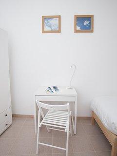 Scrivania con sedia e lampada.