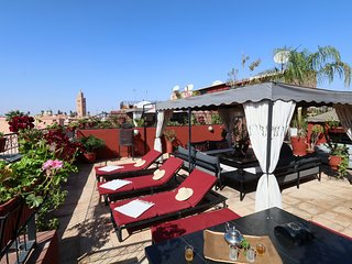 Traditional House w/3 Private Apts +  Terrace up to 12 Guests 2 min Square, Marrakech