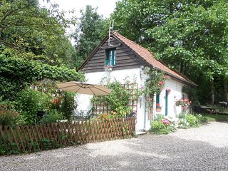 Primrose Cottage, Pretty  Detached Holiday Cottage, with wi-fi and english TV