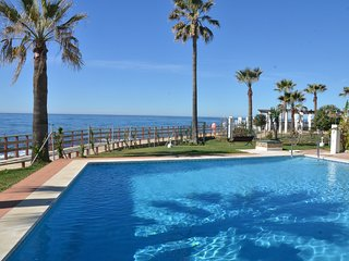 Wonderful newly renovated apartment first line by the sea with breathtaking view, Sitio de Calahonda
