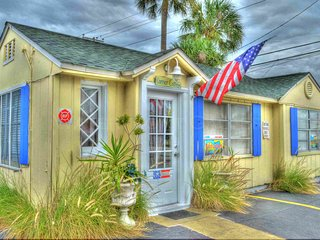 Beach Cottage steps from beach, Pets welcome, Clearwater