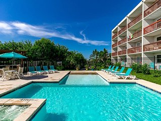 1BR Efficiency at SeaBreeze Suites 1 Block From the Beach w/ Pool & Hot Tub, Port Aransas
