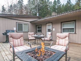 Cottage on the Creek, 5 miles to town, WiFi, Hot Tub, TV, Propane pit/BBQ