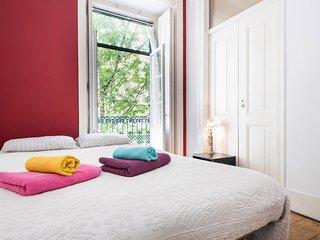 Sunny room in house with garden, Lissabon