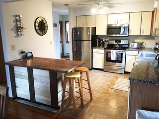 Beautiful Mtn. Home! 6 TVs, Roku, CableWiFi, Pool Table, HUGE Finished Basement!, Bushkill