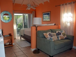 Pelican Cottage -Minutes to Grace Bay Beach! Bikes included!/Car for Rent!, Leeward