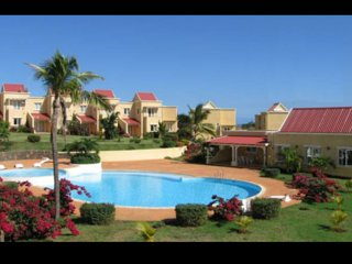 Duplex 'Résidence Beau Soleil' avec piscine, grand jardin et tennis.