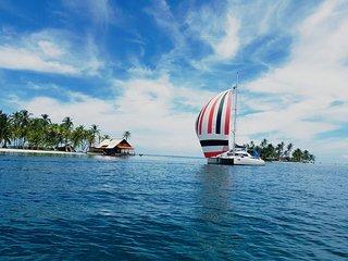 Nuestro catamaran y nuestra base Banadub