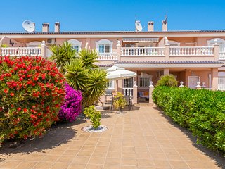 HOUSE 2 BED, 2 BATH SLEEPS 4. WI FI & BBQ. SOUTH FACING GARDEN. COMMUNAL POOL