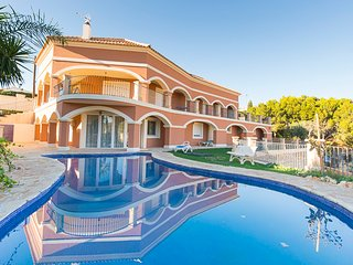 Magnificent 6 Bed, 3 Lounge, 4 Bath Villa with Private Pool, Sleeps 16, Campello