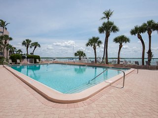 Amazing Waterfront Condo, Magnificent Views, Pools