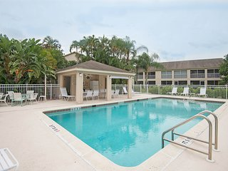 3bd Condo (Lely Golf) minutes to beach & downtown